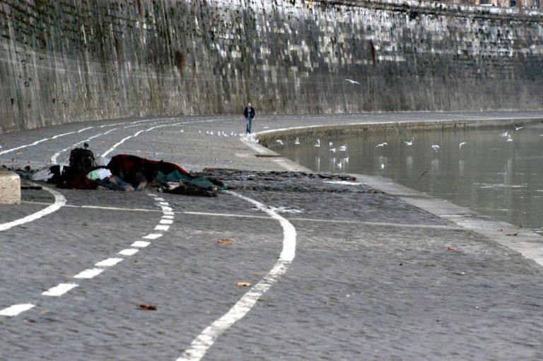 ROMA, CLOCHARD TROVATO MORTO IN UN PARCHEGGIO
