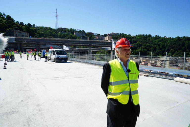 Stamattina la prima auto ha attraversato il nuovo ponte di Genova
