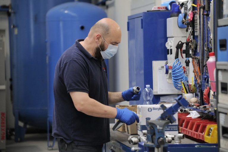A maggio rimbalza la produzione industriale, ma su base annua -20,3%